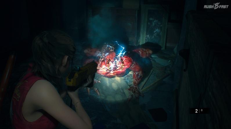 Resident Evil 2 - Claire setzt einen sogenannten Licker mit dem Elektroschockgewehr unter Strom.