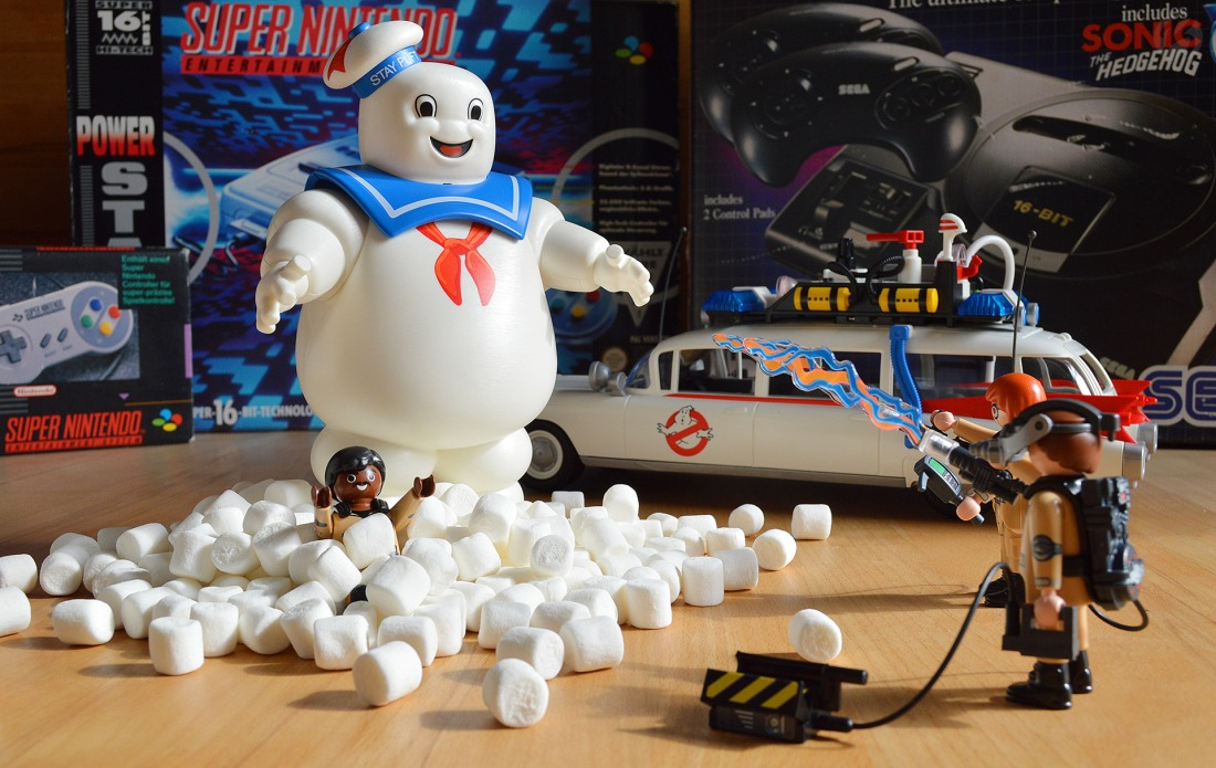 Neu bei rushBfast in die Retro-Vitrine eingezogen - Playmobil Ghostbusters (Ecto-1 9220, Marshmallow Man 9221).