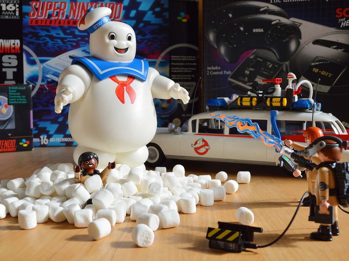 Neu bei rushBfast in die Retro-Vitrine eingezogen - Playmobil Ghostbusters (Ecto-1 9220, Stay Puft Marshmallow Man 9221).